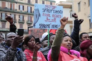"""Napoli, migranti in strada: """"Siamo le Sardine Nere, chiediamo pace e diritti"""""""