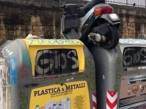 Lo scooter tra i rifiuti nel quartiere di San Giovanni a Teduccio.Lo scooter tra i rifiuti nel quartiere di San Giovanni a Teduccio.