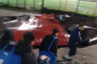 Scampia, si stacca guaina da tetto stadio Landieri: tragedia sfiorata, i bimbi erano in campo