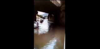 Maltempo a Napoli, allagata via Ciccarelli: l'acqua arriva alle portiere delle auto