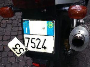 Napoli, avvocato con la targa falsa per entrare nelle Ztl con lo scooter