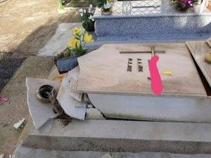 """La foto di una delle tombe distrutte nel cimitero di Salerno. [Foto / Gruppo Facebook """"Figli delle chiancarelle""""]"""