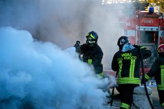 Bacoli, cospargono di benzina il portone di un'agenzia assicurativa e gli danno fuoco