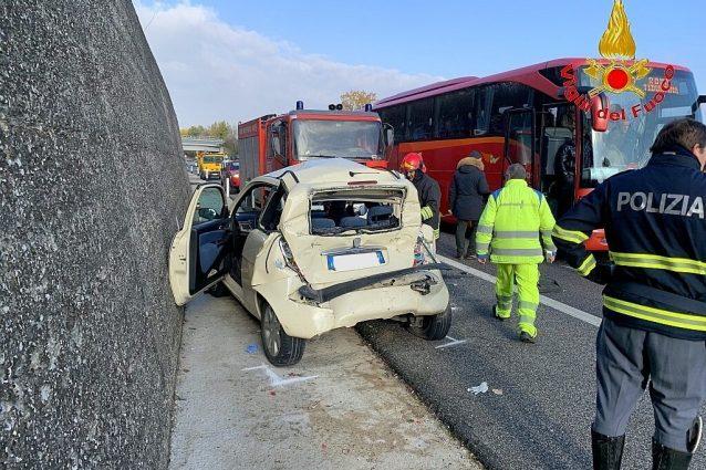 L'automobile sulla quale viaggiavano le tre donne rimaste ferite.