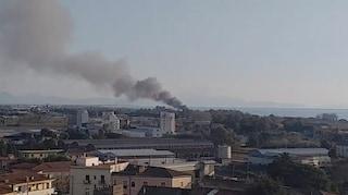 Incendio a Pontecagnano, in fiamme uno stabilimento balneare: fumo nero invade la città