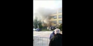 Incendio in una scuola di Arzano, nube di fumo nell'istituto Don Geremia Piscopo