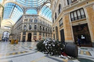 Abbattuto l'albero di Natale in Galleria Umberto: hanno tentato di rubarlo