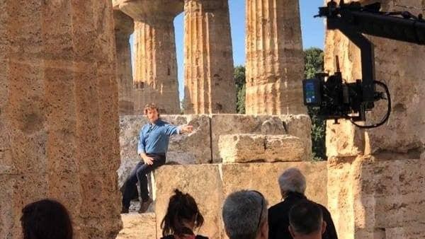 Alberto Angela nel Tempio di Nettuno (Foto Facebook/Parco Archeologico Paestum)