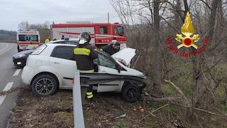 Auto sfonda il guardrail e finisce contro un albero: incidente a Conza della Campania