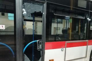 Baby gang rompe i vetri dell'autobus Anm a Casoria, distrutta fermata a Chiaia