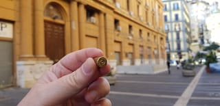 Proiettili a salve ritrovati davanti alla sede della Regione Campania a Santa Lucia