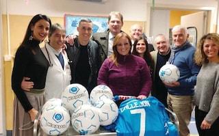 Callejon va all'ospedale Santobono carico di giocattoli per i bambini malati