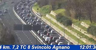 Incidente ad Agnano, moto tampona auto: due feriti. Code allo svincolo della Tangenziale