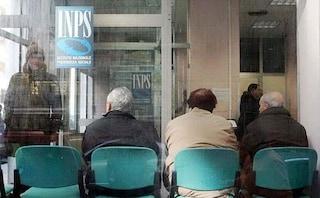 Napoli, l'abusivo gestisce la fila all'Inps, gli utenti restano fuori e chiamano la polizia