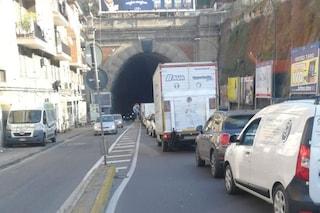 Napoli, incidente nella Galleria Laziale: corsia ridotta, traffico a Fuorigrotta