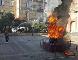 Frattamaggiore, incendiata la statua di Babbo Natale in piazza