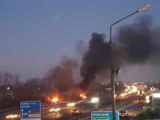 Vasto incendio a Giugliano: fiamme e fumo visibili a chilometri di distanza