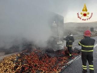 Vallata (Avellino), a fuoco camion di frutta e verdura: traffico in tilt sull'A16