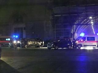 Napoli, incidente stradale su via Acton: auto si ribalta, due feriti portati in ospedale