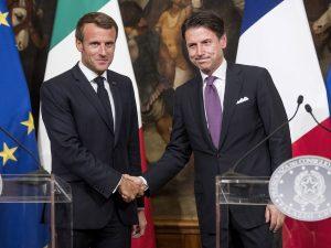 Emmanuel Macron (a sinistra) e Giuseppe Conte (a destra).