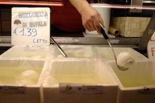 Via Santa Teresa degli Scalzi, blitz Asl: negozi abusivi, pane, carne pesce e dolci sequestrati