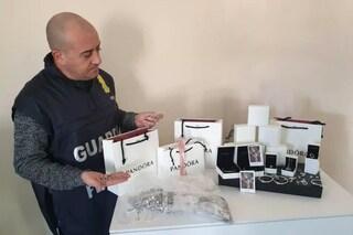 Braccialetti e charm Pandora falsi venduti in gioielleria, sequestro nel centro Il Tarì