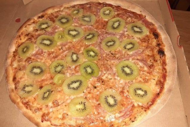 """In Svezia nasce la pizza al kiwi. L'autore: """"Mi arrivano minacce di morte dall'Italia"""""""