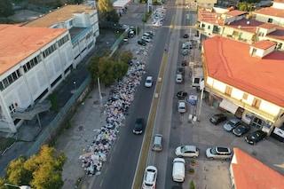 Anche Secondigliano è piena di rifiuti: cumuli di immondizia accatastati per strada