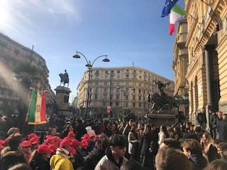Vittime della Shoah, centinaia di studenti in piazza Borsa per onorarne la memoria