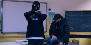 Scuola in fiamme e insulti alla prof nel video dei rapper casertani Bomberup e Joka