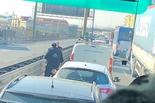 Whirlpool, protesta degli operai: autostrada bloccata, traffico e tensioni con polizia