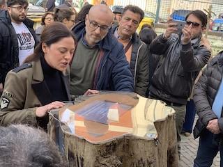 L'arte di Gianluca Cimminiello custodita in un tronco spezzato a Secondigliano