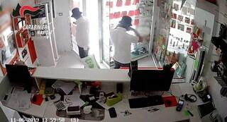 Quarto, rubano 70 smartphone da un negozio: due arresti
