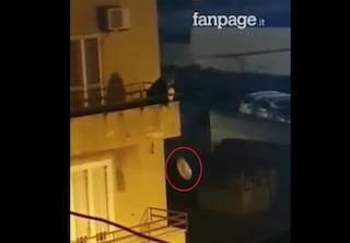 Napoli, getta immondizia dal balcone come in Benvenuti al Sud, ma purtroppo non è un film