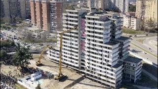 Scampia, iniziata la demolizione della Vela Verde: primi pezzi staccati dagli operai
