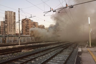 Incendio alla Stazione Centrale di Napoli: a fuoco i vagoni di un treno, nuvola di fumo sulla città