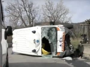L'ambulanza ribaltatasi nell'incidente [Immagine dal video di SUDTV.net / https://www.youtube.com/watch?v=ZRwOKRAc4sc]