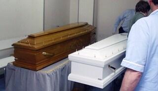 Caos cimiteri, licenziati seppellitori: 40 salme in frigo. Il Comune scrive alla Questura