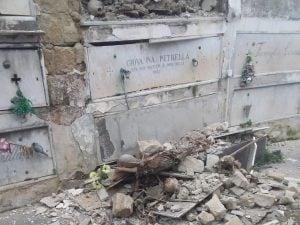 Crollo al Cimitero di Poggioreale, i resti in terra