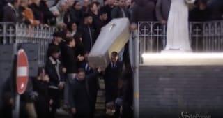 Folla e dolore ai funerali di Guglielmo Celestino, il giovane morto a via Aniello Falcone