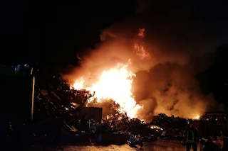 Acerra, incendio nella notte nel deposito di rifiuti, fumo nero e aria irrespirabile