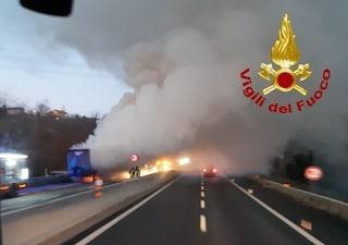 Camion in fiamme sulla A16 Napoli-Canosa: chiusa l'autostrada