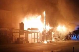Incendio a Pozzuoli, un negozio completamente distrutto dalle fiamme