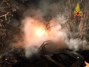 L'incendio dei rifiuti a Pago del Vallo di Lauro.