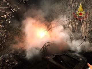 Rifiuti in fiamme su una strada, pompieri al lavoro per più di tre ore