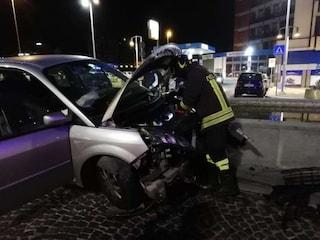 Incidente a Benevento, si schianta con l'auto contro la fontana in piazza: ferito