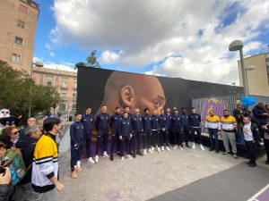 La Nazionale italiana di basket in visita al campo dedicato a Kobe Bryant (Foto: Fanpage.it)