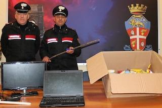 Sorpreso di notte mentre ruba computer e merendine nella Piscina Comunale: arrestato