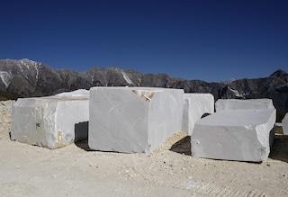 La fabbrica di marmo abusiva disperde le polveri nell'aria: sequestrata