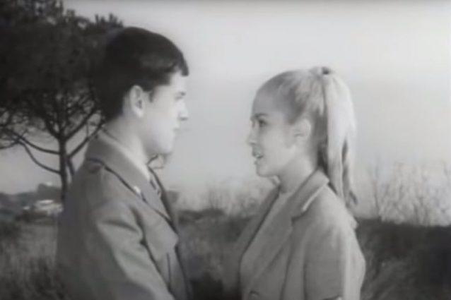 """Gianni Morandi e Laura Efrikian in una scena di """"In ginocchio da te"""" (1964). L'attrice è poi diventata sua moglie."""